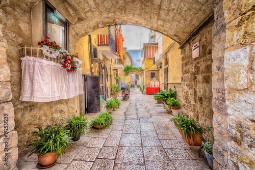 Aleja w starym białym mieście Bari