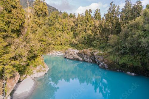 Hokitika błękitna jeziorna tropikalna głęboka lasowa dżungla, Nowa Zelandia naturalny krajobrazowy tło