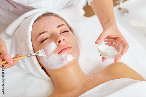 Kobieta w masce na twarzy w salonie piękności spa.