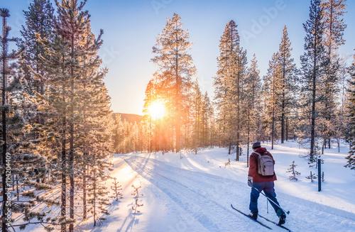 Narciarstwo biegowe w Skandynawii o zachodzie słońca