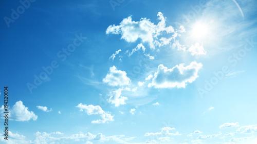 Idealne błękitne, słoneczne niebo