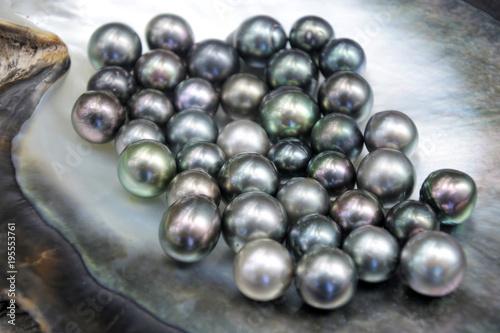 Doskonałe okrągłe czarne perły Tahitian