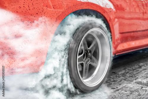 Drag Racing Car spala gumę z opon w ramach przygotowań do wyścigu