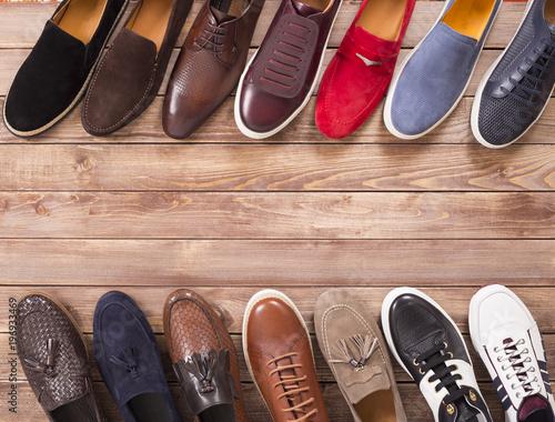 kolekcja butów na tle drewna