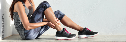 Biegi sportowe kontuzji nogi ból - biegacz kobieta biegacz boli trzymając bolesne skręcenie mięśni kostki. Lekkoatletka z bólem stawów lub mięśni i problem z bólem panoramy banner.