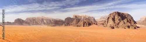 panoramiczny widok na czerwony piasek pustyni z górami skały w Jordanii