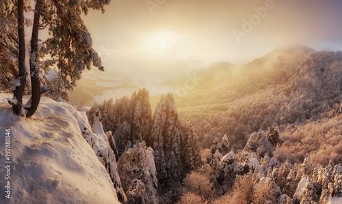 Słowacja góra, zimowy krajobraz o zachodzie słońca, Sulovske skaly