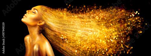 Kobieta moda model w złote jasne błyszczy. Dziewczyna z złotym skóry i włosy portreta zbliżeniem. Błyszczący wakacyjny profesjonalny makijaż na czarnym tle