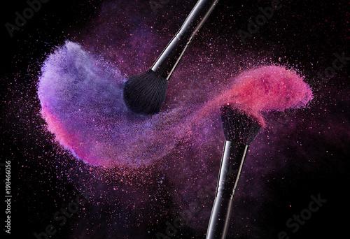 Pędzle kosmetyczne i kolorowe proszki wybuchowe.
