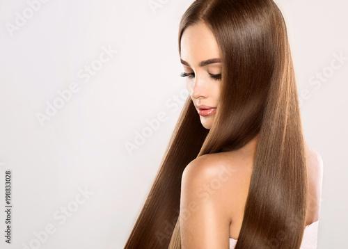 Piękna modelka z lśniącymi blond prostymi długimi włosami. Produkty do pielęgnacji i włosów.
