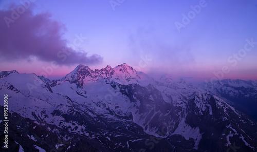 Gran Paradiso szczyt (4061 m) we Włoszech w Alpach, scena zachód słońca