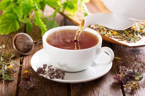 nalewanie herbaty do filiżanki
