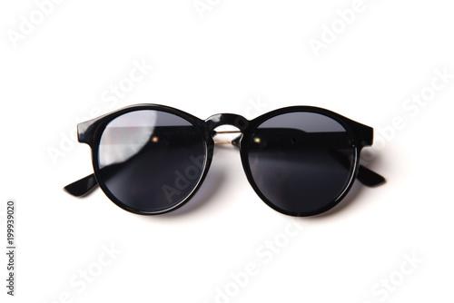 Eleganccy czarni okulary przeciwsłoneczni odizolowywający na białym tle, odgórny widok