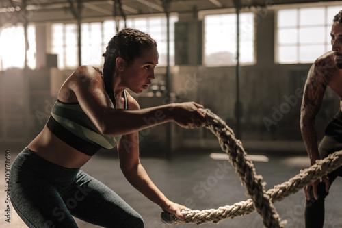 Kobieta robi batalistycznego linowego treningowi przy gym