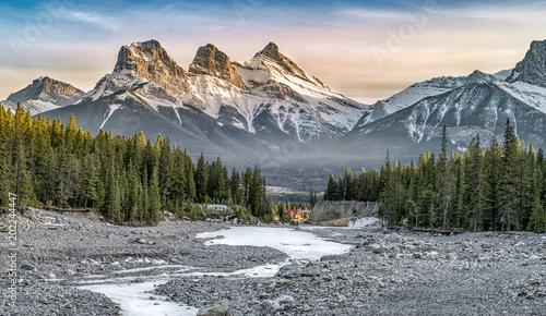 Widok Three Sisters Mountain, znany punkt orientacyjny w Canmore, Kanada
