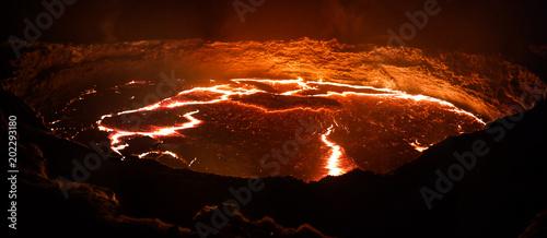 Krater wulkanu Erta Ale, topniejąca lawa, depresja Danakil, Etiopia