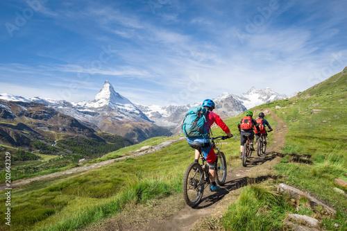 Kolarstwo górskie za Matterhorn w Alpach Szwajcarskich, kanton Valais, Szwajcaria
