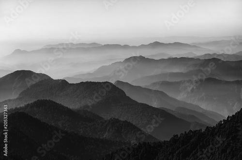 Dolina i góry w czerni i bieli