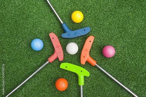 Cztery mini puttery do golfa z kulkami