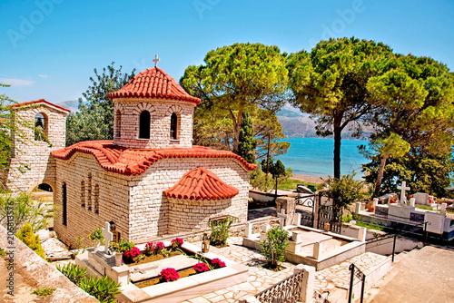 Piękny krajobraz z antycznym kościół przy cmentarzem blisko morza w Argostoli, Kefalonia, Grecja. Oszałamiające niesamowite urocze miejsca. znane miasta turystyczne.