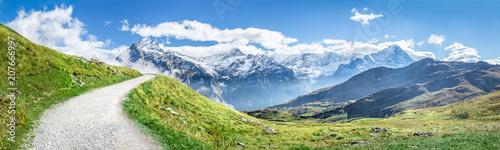Panorama Alp szwajcarskich w lecie