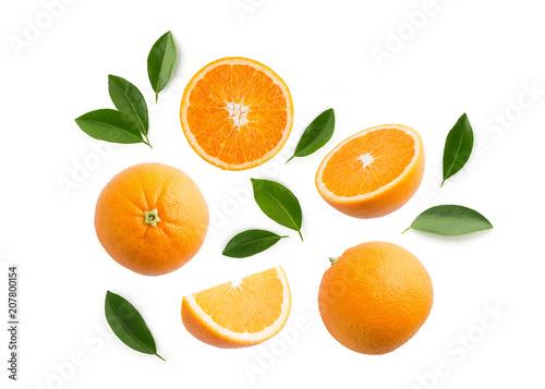 Grupa plasterki, całość świeże pomarańczowe owoc i liście odizolowywający na białym tle. Widok z góry