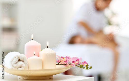 kompozycja świec spa i ręczników