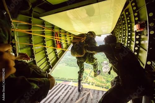Strażnicy spadochronowi z samolotów wojskowych, Żołnierze spadochronowi z samolotu, izolowany żołnierz powietrzny, ćwicz spadochroniarstwo, spadochroniarze skaczący z samolotu.