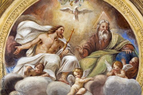 PARMA WŁOCHY, KWIECIEŃ, - 16, 2018: Sufit Święta trójca w kościelnym kościół Święty krzyż Giovanni Maria Conti sala (1614-1670).