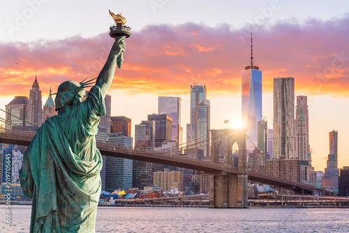 Statua Wolności i panoramę Nowego Jorku o zachodzie słońca