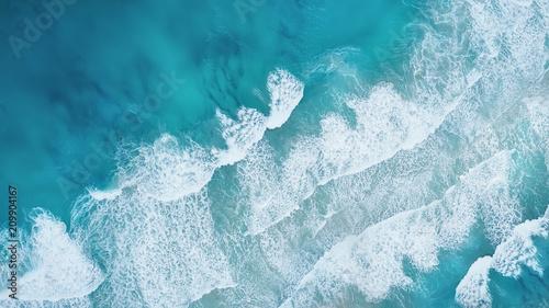 Fale na plaży jako tło. Piękne naturalne tło w okresie letnim
