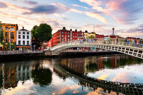 Noc widok sławny iluminujący brzęczenie centu most w Dublin, Irlandia przy zmierzchem