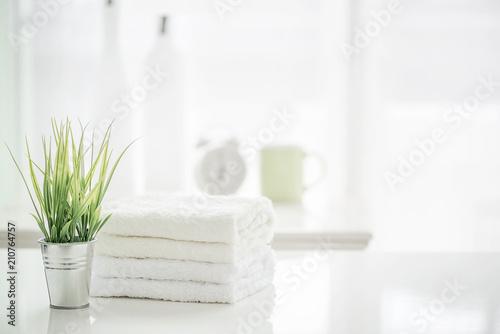 Ręczniki na bielu stole z kopii przestrzenią na zamazanym łazienki tle
