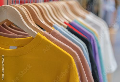 ubrania na wieszakach w sklepie