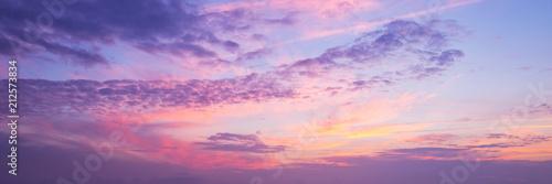 Panoramiczny widok na różowe i fioletowe niebo o zachodzie słońca. Tle panoramy nieba.