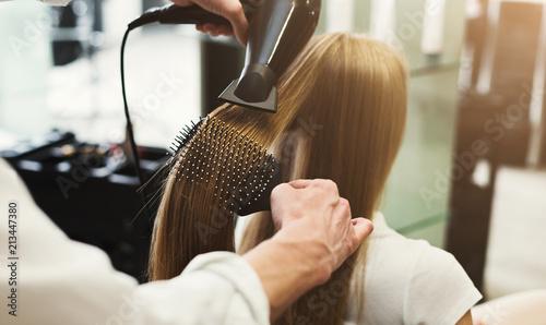 Wykonywanie fryzury za pomocą suszarki do włosów