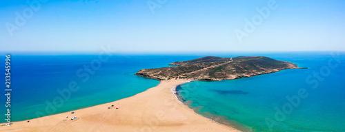 Widok z lotu ptaka z lotu ptaka drone zdjęcie Prasonisi na wyspie Rodos, Dodekanez, Grecja. Panorama z ładną laguną, piaszczystą plażą i czystą, błękitną wodą. Znane miejsce turystyczne w Europie Południowej