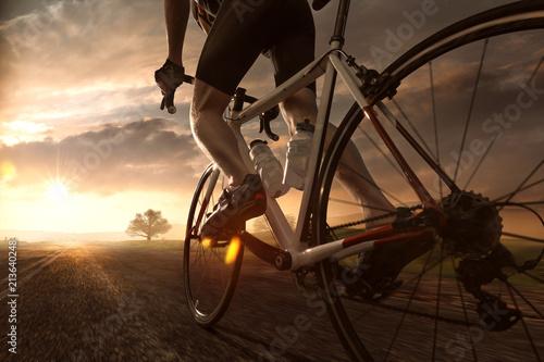Człowiek na rowerze drogowym w zachodzie słońca
