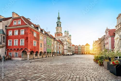 Plac Stary Rynek z małymi kolorowymi domami i starym ratuszem w Poznaniu