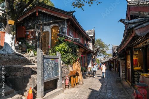 Sceniczna ulica w Starym miasteczku Lijiang, Yunnan prowincja, Chiny. Drewniane fasady tradycyjnych chińskich domów. Stare Miasto w Lijiang jest popularnym miejscem turystycznym w Azji.