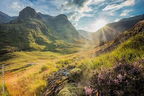 Dolinny widok pod górami Glencoe, Lochaber, Highlands, Szkocja, UK