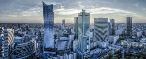 Warszawa z nowoczesnym wieżowcem o zachodzie słońca-Panorama