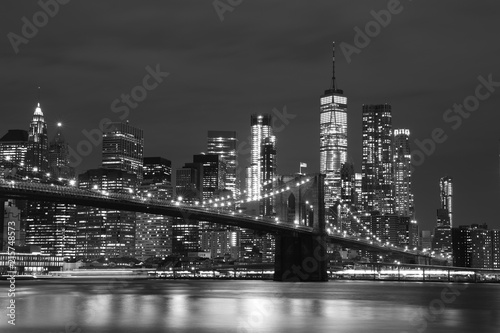 Brooklyn Bridge i Downtown Skyscrapers w Nowym Jorku, czarno-białe