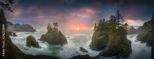 Zmierzch między Dennymi stertami z drzewami Oregon wybrzeże