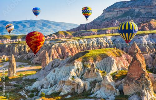 Wielka atrakcja turystyczna Kapadocji - lot balonem. Kapadocja jest znana na całym świecie jako jedno z najlepszych miejsc do latania balonami na gorące powietrze. Göreme, Kapadocja, Turcja