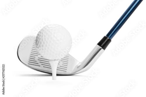 Piłka golfowa na trójniku przed golfowym kijem na białym tle, zawierać ścinek ścieżkę
