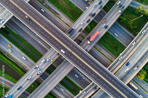 Spójrz w dół na skrzyżowanie z ruchem pojazdów