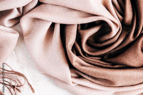 Jesienne tło. Piękny elegancki brązowy szalik. Leżał płasko, widok z góry
