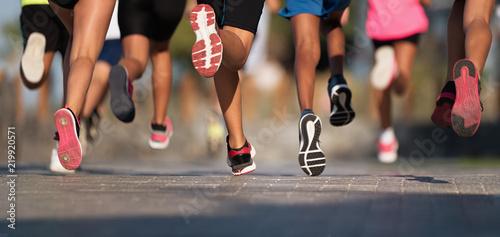 Biegające dzieci, młodzi sportowcy biegają w wyścigu dla dzieci, biegają na nogach po mieście, biegają w świetle poranka