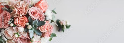 Świeża wiązka różowe peonie i róże z kopii przestrzenią